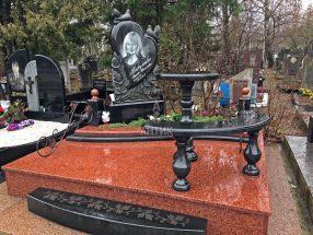 Памятник со столиком и лавочкой фото 18
